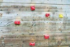 Drewniana pięcie ściana z jaskrawymi barwionymi stopa chwytami Zdjęcia Stock