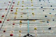 Drewniana pięcie ściana z jaskrawymi barwionymi stopa chwytami Fotografia Stock