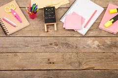 Drewniana plakieta z inskrypcją & x22; Popiera school& x22; pobliscy notepads, nożyce i inny materiały na brown drewnianym stole, obraz stock