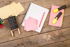 Drewniana plakieta z inskrypcją & x22; Popiera school& x22; pobliscy notepads, nożyce i inny materiały na brown drewnianym stole, Fotografia Stock