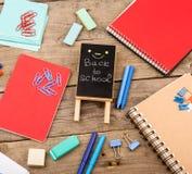 Drewniana plakieta z inskrypcją & x22; Popiera school& x22; pobliscy notepads, papiery i inny materiały na brown drewnianym stole obrazy royalty free