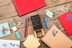 Drewniana plakieta z inskrypcją & x22; Popiera school& x22; pobliscy notepads, papiery i inny materiały na brown drewnianym stole Obrazy Stock