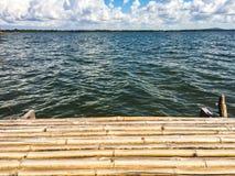 Drewniana platforma obok jeziora z zmierzchem Obraz Stock