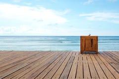 Drewniana platforma obok morza z jasnym niebem - Akcyjny wizerunek obrazy stock