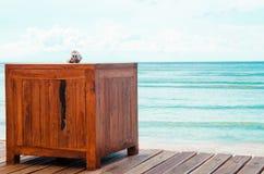 Drewniana platforma obok morza z jasnym niebem - Akcyjny wizerunek zdjęcie royalty free