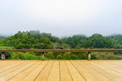 Drewniana platforma przed zielonej herbaty platation gospodarstwa rolnego krajobrazu hil Obraz Royalty Free
