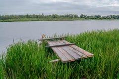 Drewniana platforma przy jeziorem Zdjęcia Stock
