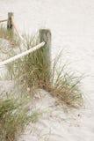 Drewniana poczta i trawa, Saona zatoczki plaża, Formentera Zdjęcia Stock