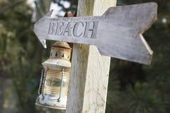 Drewniana poczta z latarniowym i strzałkowatym czytaniem 'plaża' Zdjęcie Royalty Free