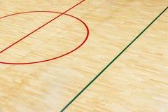 Drewniana podłogowa siatkówka, futsal, koszykówka, badminton sąd z lekkiego skutka Drewnianą podłogą sport sala z ocechowanie lin fotografia royalty free