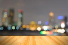 Drewniana podłoga i abstrakt zamazywaliśmy miasta światło, Bangkok Tajlandia Zdjęcia Stock