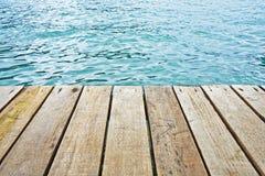 Drewniana podłoga i Błękitna czysta rzeka Zdjęcia Stock