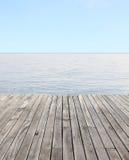 Drewniana podłoga i błękitny morze z fala i jasnym niebieskim niebem Obraz Stock
