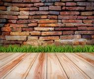 Drewniana podłoga i trawa z ceglanymi tekstur tło Zdjęcie Royalty Free