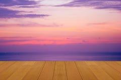 Drewniana podłoga na morzu z purpurowym zmierzchem Pali Skie pięknego naturalnego tropikalnego morze Obrazy Stock