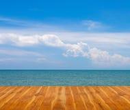 Drewniana podłoga z błękitnym niebem i morzem zdjęcie stock