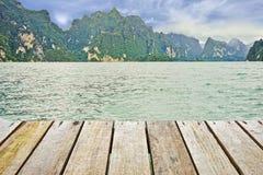 Drewniana podłoga i Khao Sok parka narodowego widok Obrazy Royalty Free