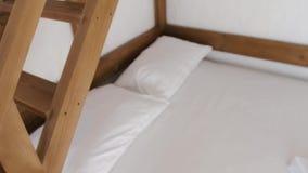 Drewniana polerująca drabina na two-stoyered łóżku pokazuje przeciw swój pierwszemu piętru zbiory wideo