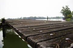 Drewniana pontonowa rozciągliwość w wodę drewniany molo na jeziorze ja jest strukturą prowadzi out od brzeg w ciało waterà ¹ ƒ zdjęcia royalty free