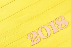 Drewniana postać 2018 na żółtym tle Zdjęcie Royalty Free