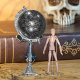 Drewniana postaci i kuli ziemskiej piłka Zdjęcie Stock