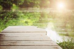 Drewniana powierzchnia na pięknym zamazanym tle zdjęcia royalty free