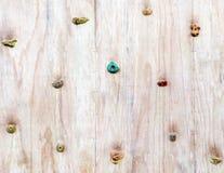Drewniana powierzchnia sztuczna rockowego pięcia ściana z ręką a Obraz Stock