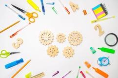 Drewniana przekładnia na kreatywnie szkolnym biurku Edukacyjny proces mechanizm interakcja, zasada akcja Twórczość i edukacja obraz stock