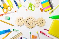 Drewniana przekładnia na kreatywnie szkolnym biurku Edukacyjny proces mechanizm interakcja, zasada akcja Twórczość i edukacja fotografia stock