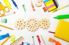 Drewniana przekładnia na kreatywnie szkolnym biurku Edukacyjny proces mechanizm interakcja, zasada akcja Twórczość i edukacja obraz royalty free