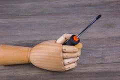 Drewniana ręka trzyma Phillips śrubokręt obrazy royalty free
