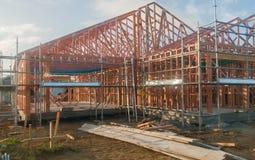 Drewniana rama w budowie stwarza ognisko domowe, budujący w Nowa Zelandia Obraz Royalty Free