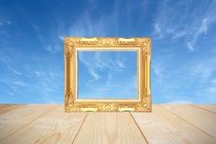 Drewniana rama z drewnianymi deskami i niebieskiego nieba tłem Obrazy Royalty Free