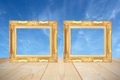 Drewniana rama z drewnianymi deskami i niebieskiego nieba tłem Fotografia Royalty Free