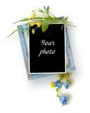 Drewniana rama z liśćmi, błękit i kolor żółty kwitnie Obrazy Stock