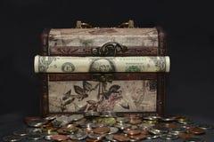 Drewniana rocznik klatka piersiowa z amerykańskim pieniądze, dolars Fotografia Stock