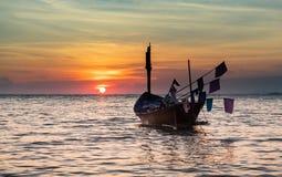Drewniana rybołówstwo łódź floting na morzu zdjęcie stock