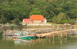 Drewniana rybołówstwo łódź przy molem zdjęcia stock