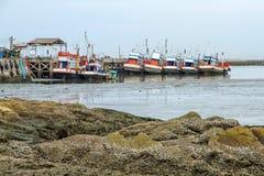 Drewniana rybołówstwo łódź przy molem w Tajlandia zdjęcia stock