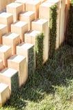 Drewniana rze?ba z lustrami na tle trawa w ogrodowym projekcie fotografia stock