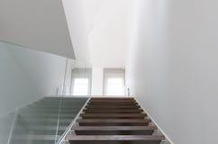 Drewniana schody i szkła balustrada Fotografia Stock