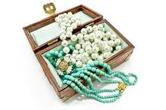 Drewniana skarb klatka piersiowa z biżuterią fotografia royalty free
