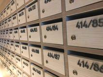 Drewniana skrzynka pocztowa na kondominium, mieszkaniec, mieszkanie usługa obraz stock