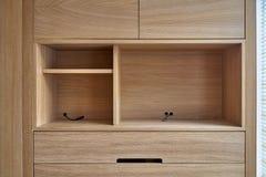 Drewniana spiżarnia z kreślarzami i opróżnia półki współczesne meble fotografia stock