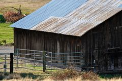 drewniana stajni wieś zdjęcia royalty free