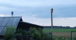 Drewniana stajnia i birdhouse na nieba tle zdjęcie wideo