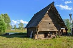 Drewniana stajnia w wiosce, Rosja Zdjęcia Royalty Free