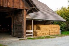 Drewniana stajnia z sianem Jesień Żniwo Zdjęcie Royalty Free