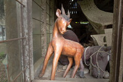 Drewniana statua zwierzęta Suaya jest falezy starym miejsce pochówku w Taniec Toraja Południowy Sulawesi, Indonezja Zdjęcie Stock
