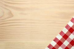Drewniana stołowa etykietka z sprawdzać czerwoną tkaniną Obraz Royalty Free